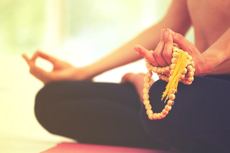 Bracelet bouddhiste tibétain, porte-bonheur ou accessoire de méditation?