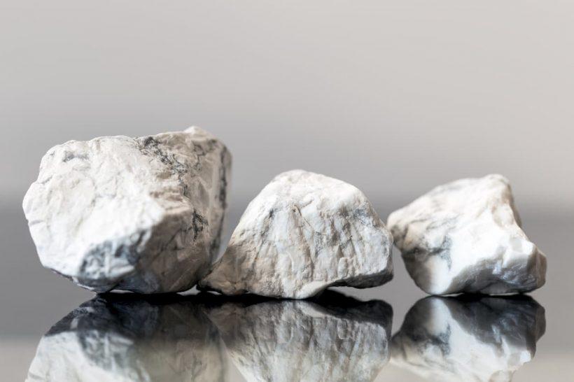 La Howlite : une pierre chamanique apaisante
