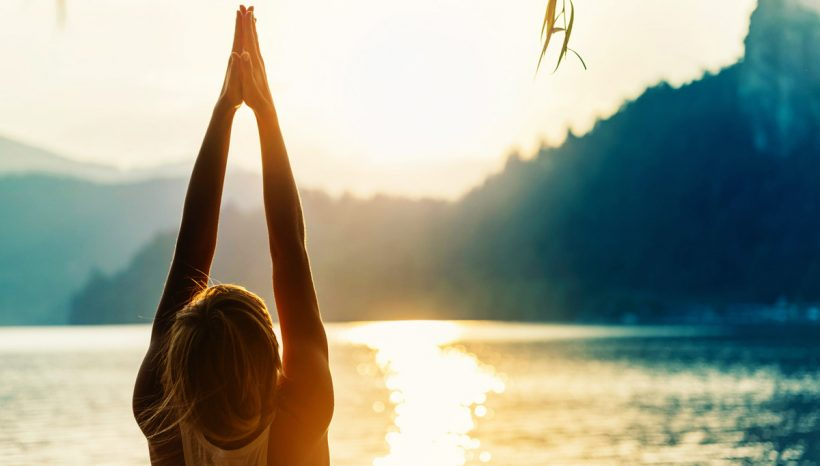 Salutation au soleil (Surya Namaskar) : bienfaits et tuto Yoga