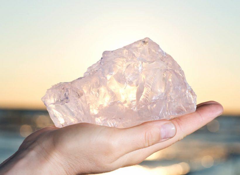 """Quartz rose, bienfaits et utilisation de la """"pierre d'amour"""""""