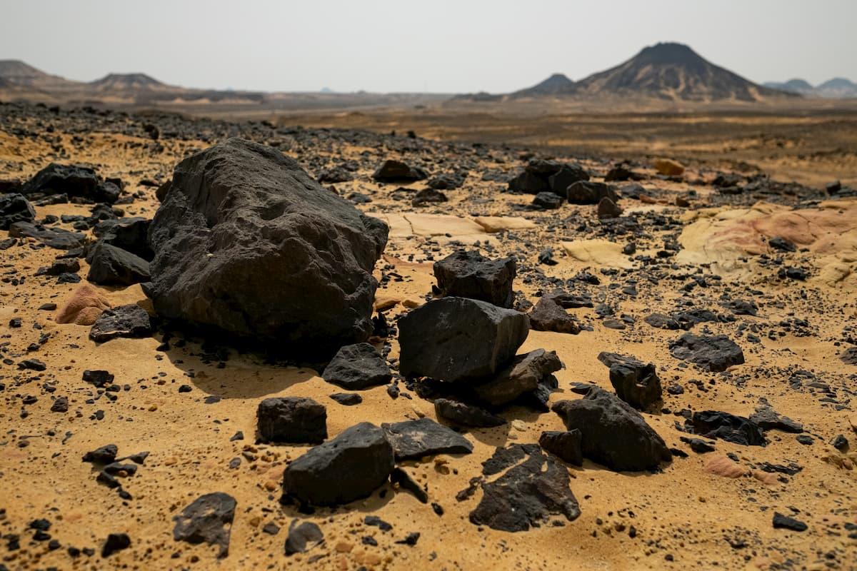 Fabuleux champs de lave ici en Egypte, appelés Désert noir